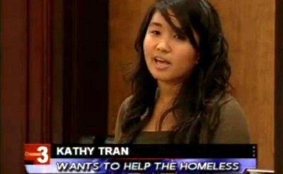 Kathy Trần (giữa) là một trong những đại diện của Ủy Ban Hòa Giải Quận Cam phát biểu trước 600 thầy cô và học sinh tại Ðại Học Irvine. (Hình: Kathy Trần cung cấp)