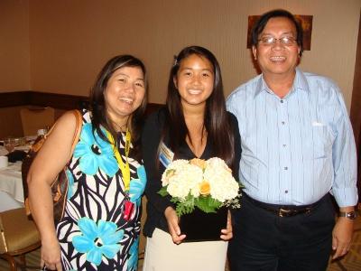 Kathy Trần (giữa) cùng cha mẹ sau một buổi sinh hoạt hướng đạo. (Hình: Kathy Trần cung cấp)